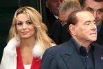 Berlusconi (81) řeší problém v rodině své snoubenky (32): Její otec podpořil konkurenci
