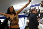 Nahý útok schytal po Zemanovi i Berlusconi: Sextremistka před ním vyskočila na stůl