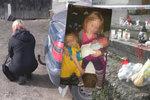 Hysterie před domem, kde zemřely tři děti (†1, †4 a †9): Matka se zhroutila v slzách