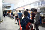 Dlouhý štrúdl lidí! Stovky lidí na Černém Mostě čekaly od rána na otevření  obchodu s čínskými mobily