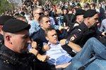 """Zásahovka """"sebrala"""" Putinova odpůrce. Má zřejmě zlomenou ruku, zůstane ve vazbě"""