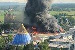 Inferno v obřím německém zábavním parku. Plameny šlehaly 15 metrů vysoko