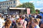 VIDEO: Češi s Němci utužovali vztahy: Skákali spolu v objetí na Mánesově mostě
