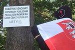 U památníku v Letech vyvěsili cedule proti Romům. Policie řeší možné výtržnictví