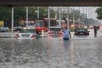Bláto a zápach trápí Slováky po záplavách. Za spoušť v Bratislavě mohlo i příliš betonu