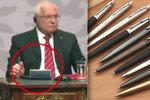 Kuličkové pero slaví 75 let. Proslavili ho letci i obratný hmat Václava Klause