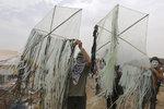 Nová zbraň Palestinců: Zapálení létající draci. Izraelci je nezvládají ani s drony