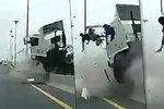 Nepřipoutaný řidič (†39) kamionu a mikrospánek: Vylétl z kabiny do protisměru!