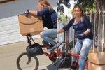 Cyklistka ukradla balík z Amazonu. Viděl to soused v autě, který ji prohnal