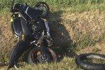 Předjížděl traktor, narazil do kamionu: Motorkář zemřel na místě, silnice stojí