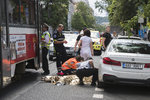 Hrozivá nehoda v Holešovicích: Tramvaj srazila chodkyni, je v umělém spánku