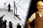 Prochází se po laně nad náplavkou a nechá se vystřelit z kanónu: Akrobat David Dimitri (55) ohromuje Prahu