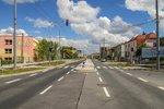 Dlouhá už zase jede: Vytížená silnice sídlištěm se za rok změnila v klidnější bulvár