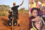 Ukradli mu kolo, házeli po něm kameny. Tadeáš (25) se ale nevzdal a na kole přejel celou Afriku!