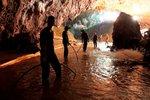 Vteřiny od katastrofy a křik záchranářů: Čerpadla po vytažení dětí z jeskyně selhala