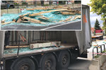 Skleněná spoušť v Lázních Toušeň: Na silnici leží 10 tun střepů! Tabule vypadly z náklaďáku