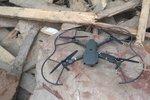 Cizinec vypustil dron mezi domy: Ten se zřítil a zničil zaparkovaný volkswagen