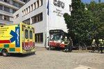 Nehoda na Skalce: Autobus MHD vyletěl ze silnice, naboural do budovy ČSÚ. Havarovala i dvě auta