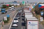 Na výjezdu z Prahy na dálnici D8 bouraly tři náklaďáky. Dávejte tu pozor