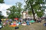 VIDEO: Štvanice plná bezdomovců: Pražští aktivisté jim přichystali steaky, koláče i ošacení