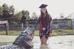 Studentka slavila promoci. Asistoval jí u toho čtyřmetrový aligátor