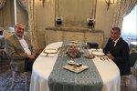 Zeman poobědval s Babišem v Lánech. Premiér nekuřák dostal k narozeninám dýmku