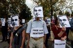 Minuta za každý den hladovky: Protestující proti věznění režiséra hodili vzkazy na ruskou ambasádu