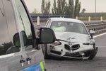 Zavřená dálnice D6 před Prahou: Srazila se tu dvě auta, šest lidí je zraněných