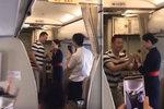 Aerolinky vyhodily letušku poté, co ji přítel na palubě požádal o ruku