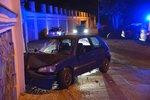 V Šáreckém údolí nabouralo auto do domu. Vůz měla řídit cizinka bez dokladů
