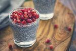 Chia semínka patří mezi superpotraviny, které by ve vašem jídelníčku rozhodně neměly chybět. Smíchejte semínka s mlékem, oslaďte, přidejte ovoce a máte výbornou svačinu i dezert zároveň.