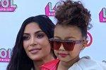 Kim Kardashian dovolila pětileté dceři rtěnku, Angelina Jolie vzala děti na brusle