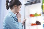 Možná nad tím vůbec nepřemýšlíte a nakoupené potraviny vždy našoupete do regálů bez rozmyslu. Jenže tím si dost škodíte. Dodržování správného skladování v lednici má totiž velký vliv na jejich čerstvost a kvalitu. Jaká jsou tedy základní pravidla, která ušetří jak vaše zdraví, tak peněženku?