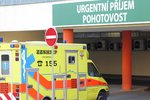 Přežil jen zázrakem: Osmnáctiletý mladík spadl o půlnoci z mostu na dlažbu, utrpěl četné zlomeniny