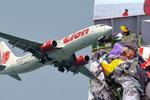 V troskách Boeingu zemřelo 189 lidí. Aerolinky objevily trhliny u dalších strojů
