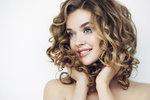 Testování vlasových tužidel: Která neslepí vlasy a vytvoří dokonalý objem?
