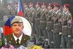 """""""Jsme na tebe hrdí."""" S Tomášem (†41) zabitým v Afghánistánu se loučily stovky lidí"""
