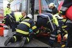 Na Andělu srazila tramvaj chodkyni (78). Hasiči ji vyprostili pomocí speciálních vaků