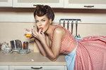 Nechcete trávit v kuchyni příliš mnoho času? Ráda byste si přípravu jídel ulehčila? Tak vyzkoušejte některé z osvědčených rad a triků, díky kterým zvládnete nejběžnější nástrahy vaření i pečení.