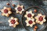 Linecké cukroví, slepované rybízovou marmeládou, je naprostá klasika, co se vánočního cukroví týče. Jeho základem není nic jiného než správně připravené těsto. Pokud ho připravíte podle našeho video receptu, zaručujeme vám, že se vám povede dokonale.