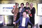 Moderátor Vojtěch Bernatský s celkovou vítězkou, její maminkou, Libuší Šmuclerovou z Czech News Center a Lenkou Koenigsmark ze společnosti Mattel