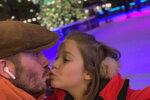 Slavný fotbalista políbil koncem listopadu sedmiletou dceru Harper na  kluzišti na rty