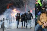 Hořící auta, vodní děla, 135 zraněných a 1700 zadržených. Po protestech v Paříži uklízí