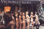 Těchto sedm odvážných žen se na protest svléklo přímo před prodejnouVictoria's Secreta hrdě ukazovalo svá nedokonalá těla. To musíte vidět!