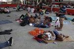 Vši, málo jídla a spánek na betonu. Děti migrantů přesunou z cel do stanů