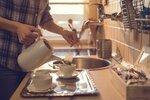 Pochutnáváte si každý na oblíbeném čaji a použitý sáček hodíte do koše? Tak příště už si to rozmyslete. Pro tyhle sáčky plné čajových lístků totiž existuje ještě spousta dalších praktických využití. Na co vše se ještě hodí?