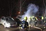 V Letňanech řádil žhář: Na parkovišti hořela auta, plameny se šířily do okolí