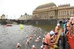 Stovky naháčů naskákaly do Vltavy: Tradičního závodu se zúčastnili malí plaváčci i přemožitelé La Manche