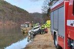 Novoroční smrt: Řidič auta, který na Mělnicku sjel do rybníka, zemřel
