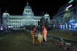 Zbytky pyrotechniky, konfety a střepy: 120 lidí od rána čistí centrum Prahy od pozůstatků bujarých oslav
